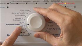 Stellen Sie zum Waschen der Sofakissen die Waschtemperatur gemäß dem Pflegeetiket bzw. auf max. 60 Grad ein